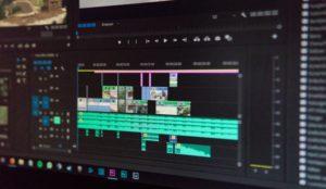 primer plano de la pantalla del ordenador con la línea de tiempo de edición